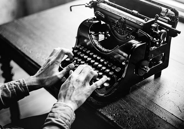 Kuinka tarjota juttuja lehtiin aloittelevana freelancetoimittajana? (kuva: Pixabay)  Kuinka tarjota juttuja lehtiin freelancetoimittajana adult 2242164 640