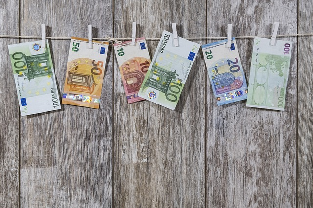 Kuinka tarjota juttuja lehtiin freelancetoimittajana money 2991837 640