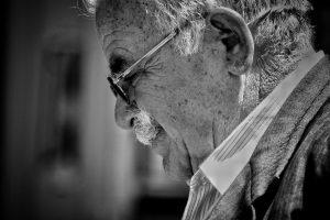 Vanha mies Kreetalla | Viestintätoimisto Esa Linna PR Services, Jyväskylä  Viestinnän näytteitä vanhamies 300x200