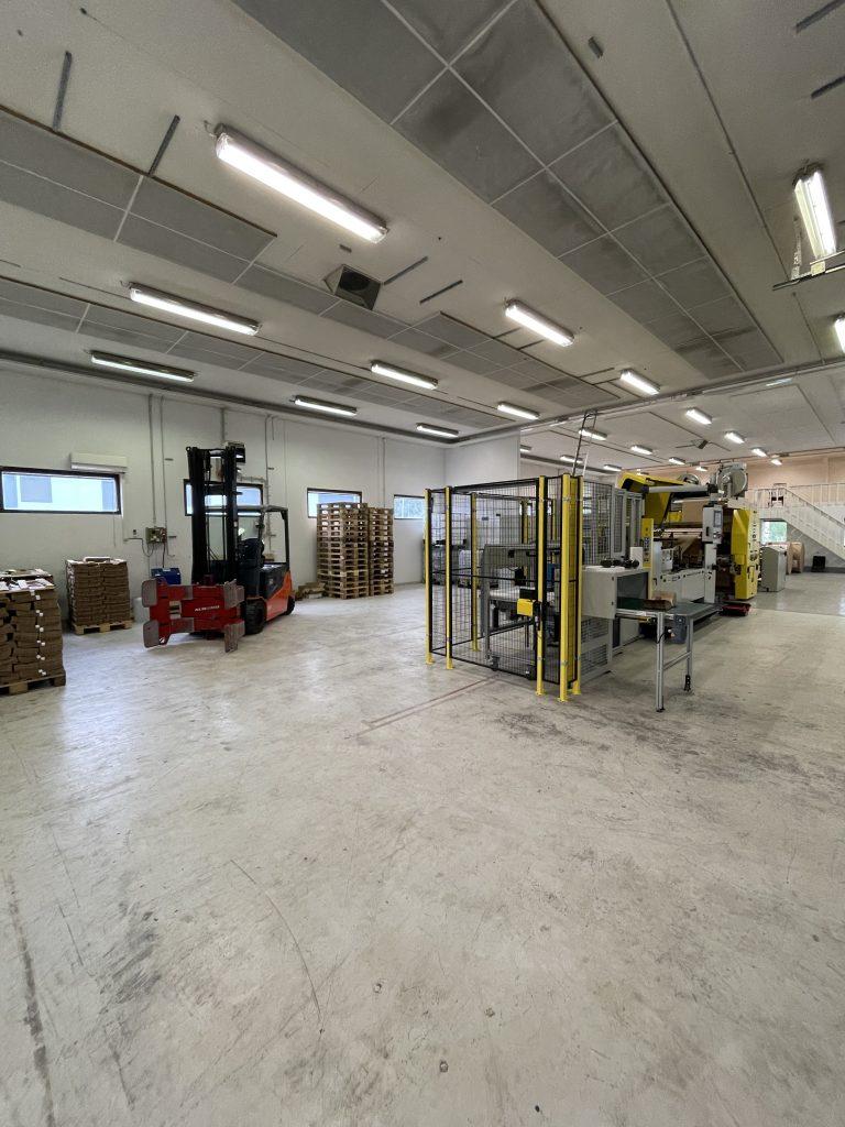 Jubilo Oy aloittaa ainutlaatuisen, veden- ja rasvankestävän paperisen biojätepussin valmistuksen jubilon tehdas 768x1024