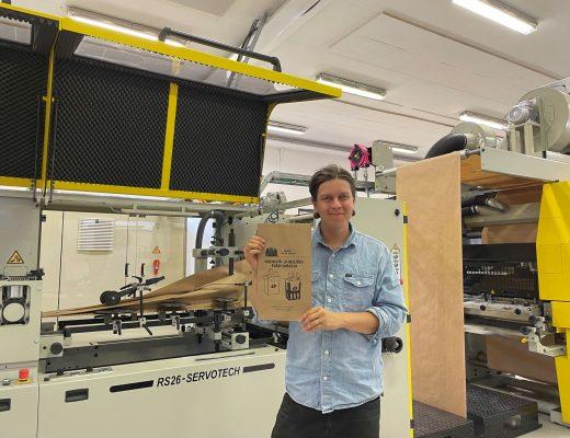 Viktor Stenmark esittelee biojätepussia  Jubilo Oy aloittaa ainutlaatuisen, veden- ja rasvankestävän paperisen biojätepussin valmistuksen viktorstenmark jubilo oy 520x400
