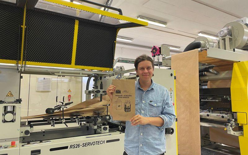 Viktor Stenmark esittelee biojätepussia  Jubilo Oy aloittaa ainutlaatuisen, veden- ja rasvankestävän paperisen biojätepussin valmistuksen viktorstenmark jubilo oy 800x500
